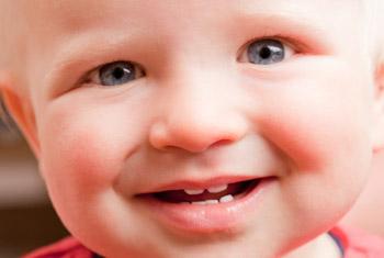 Kleinkind hat die ersten Zähne bekommen. Jetzt ist es an der Zeit, mit der Zahnpflege zu beginnen.