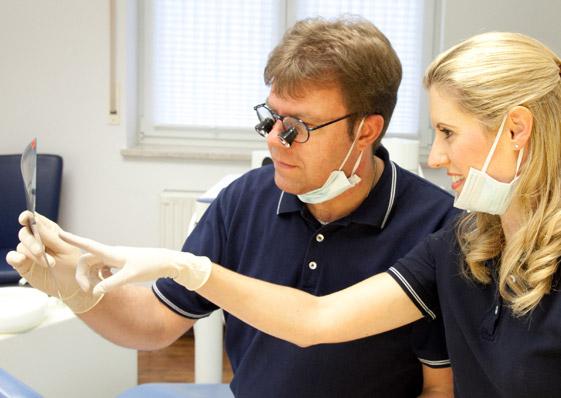 Zahnarzt-Praxis - Kümmersbruck - Die Zahnärzte Dr. Markus Schneider und Dr. Stefanie Rauch betrachten eine Rötgenaufnahme