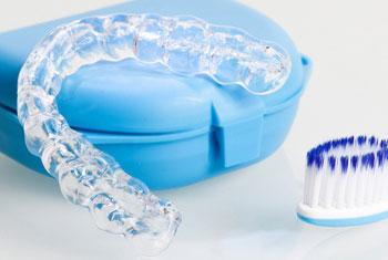 Gebissschiene mit Aufbewahrungsbox und Zahnbürste für die Reinigung