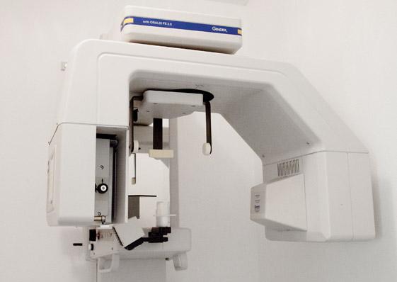 Weißer Röntgenapparat, höhenverstellbar an der Wand montiert