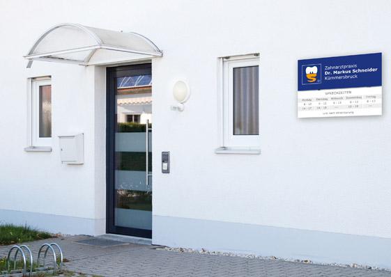 Eingang der Zahnarztpraxis mit Firmenschild